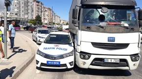 Tırın sıkıştırdığı polis otosunu vatandaşlar kurtardı