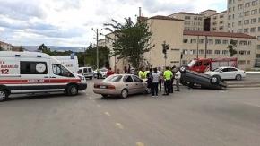 İki otomobil çarpıştı, 8 yaralı