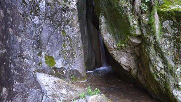 Kayalıkların arasına gizlenen şelale