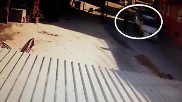 Seyir halindeki kamyonetin kapağı kafasına çarptı