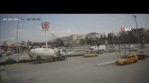 Tuzcular Kavşağı'nda yaşanan kaza anbean kamerada
