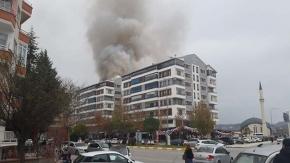 Apartmanın çatı katında alev alev yangın